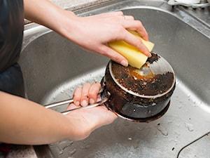 Jak wyczyścić przypalony garnek? 10 domowych sposobów