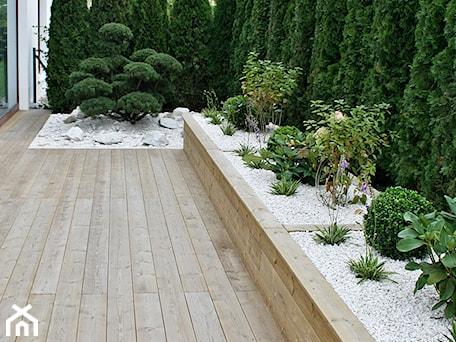 Aranżacje wnętrz - Ogród: Ogród w Gdyni Orłowie - realizacja - Mały ogród za domem, styl nowoczesny - Green Pro Studio. Przeglądaj, dodawaj i zapisuj najlepsze zdjęcia, pomysły i inspiracje designerskie. W bazie mamy już prawie milion fotografii!