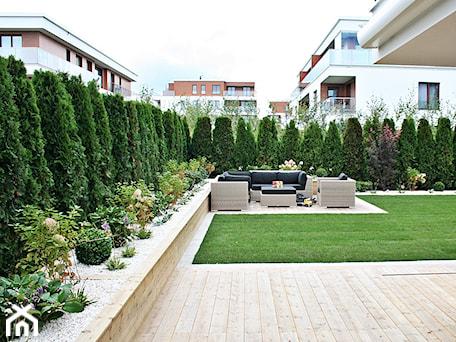 Aranżacje wnętrz - Ogród: Ogród w Gdyni Orłowie - realizacja - Średni ogród za domem zadaszony przedłużeniem dachu, styl nowoczesny - Green Pro Studio. Przeglądaj, dodawaj i zapisuj najlepsze zdjęcia, pomysły i inspiracje designerskie. W bazie mamy już prawie milion fotografii!