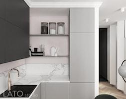 Projekt mieszkania typu studio w Warszawie - Mała otwarta biała fioletowa kuchnia w kształcie litery u w aneksie - zdjęcie od LATO studio