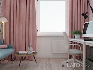 Projekt kobiecego biura dla firmy Shablon - Średnie różowe białe biuro kącik do pracy w pokoju, styl glamour - zdjęcie od LATO studio