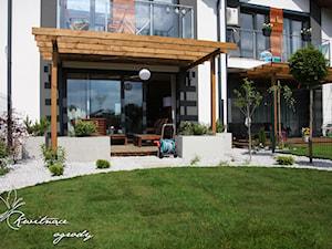 Mały nowoczesny ogród - realizacja projektu. - Mały ogród za domem, styl nowoczesny - zdjęcie od Kwitnące Ogrody