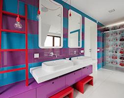 DOM POD LASEM - Średnia niebieska kolorowa fioletowa łazienka w bloku w domu jednorodzinnym dla dzieci z oknem, styl nowoczesny - zdjęcie od DWORNICKA STUDIO