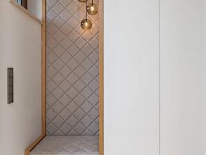 DOM POD LASEM - Mały biały hol / przedpokój, styl nowoczesny - zdjęcie od DWORNICKA STUDIO