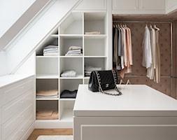 DOM POD LASEM - Średnia garderoba na poddaszu, styl glamour - zdjęcie od DWORNICKA STUDIO