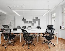 BIURO LIVECHAT_01 - Duże białe biuro pracownia w pokoju, styl industrialny - zdjęcie od DWORNICKA STUDIO - Homebook