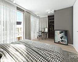 DOM Z OBRAZAMI - Średnia szara sypialnia małżeńska z balkonem / tarasem, styl nowoczesny - zdjęcie od DWORNICKA STUDIO - Homebook