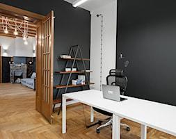 BIURO LIVECHAT_01 - Średnie czarne białe biuro domowe w pokoju, styl industrialny - zdjęcie od DWORNICKA STUDIO - Homebook