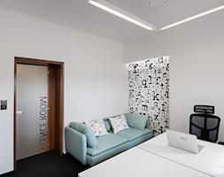 BIURO LIVECHAT_01 - Średnie czarne białe biuro pracownia w pokoju, styl nowoczesny - zdjęcie od DWORNICKA STUDIO - Homebook