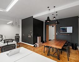 BIURO LIVECHAT_01 - Średnie duże czarne białe biuro pracownia w pokoju, styl industrialny - zdjęcie od DWORNICKA STUDIO - Homebook