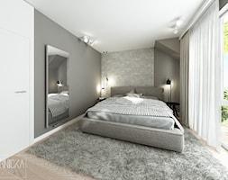 DOM Z OBRAZAMI - Średnia biała szara sypialnia małżeńska na poddaszu z balkonem / tarasem, styl nowoczesny - zdjęcie od DWORNICKA STUDIO - Homebook