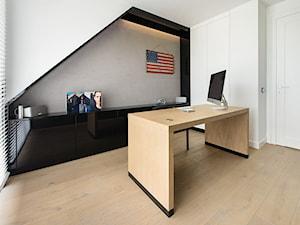 DOM POD LASEM - Średnie szare białe biuro domowe kącik do pracy na poddaszu w pokoju, styl nowoczesny - zdjęcie od DWORNICKA STUDIO