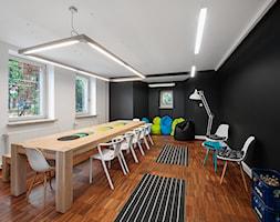 BIURO LIVECHAT_01 - Duże czarne białe biuro pracownia w pokoju, styl nowoczesny - zdjęcie od DWORNICKA STUDIO - Homebook