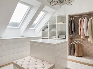 DOM POD LASEM - Duża zamknięta garderoba z oknem na poddaszu, styl glamour - zdjęcie od DWORNICKA STUDIO