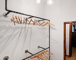 BIURO LIVECHAT_01 - Mała garderoba oddzielne pomieszczenie, styl industrialny - zdjęcie od DWORNICKA STUDIO - Homebook