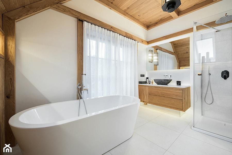 Aranżacje wnętrz - Łazienka: DOM W GÓRACH - Średnia szara łazienka w bloku w domu jednorodzinnym z oknem - DWORNICKA STUDIO. Przeglądaj, dodawaj i zapisuj najlepsze zdjęcia, pomysły i inspiracje designerskie. W bazie mamy już prawie milion fotografii!