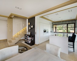 DOM POD LASEM - Duża otwarta biała kuchnia w kształcie litery l z wyspą z oknem, styl nowoczesny - zdjęcie od DWORNICKA STUDIO