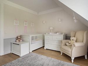 DOM POD LASEM - Średni beżowy pokój dziecka dla chłopca dla dziewczynki dla niemowlaka - zdjęcie od DWORNICKA STUDIO