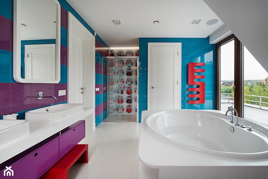 DOM POD LASEM - Średnia biała niebieska fioletowa łazienka na poddaszu w domu jednorodzinnym z oknem, styl nowoczesny - zdjęcie od DWORNICKA STUDIO