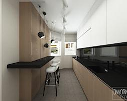 DOM Z OBRAZAMI - Średnia otwarta wąska szara czarna kuchnia dwurzędowa z oknem, styl nowoczesny - zdjęcie od DWORNICKA STUDIO - Homebook