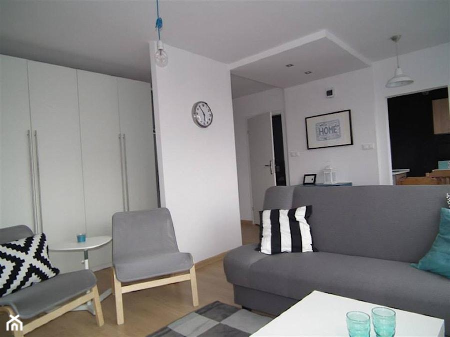 nowoczesne bia o szare mieszkanie ma y salon zdj cie od pracownia aran acji wn trz o. Black Bedroom Furniture Sets. Home Design Ideas