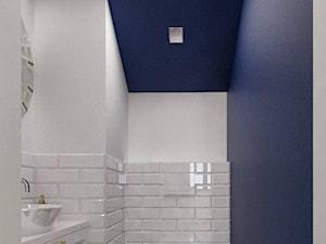 """Toaleta - Mała biała niebieska łazienka na poddaszu bez okna, styl nowojorski - zdjęcie od Pracownia Aranżacji Wnętrz """"O-kreślarnia"""""""