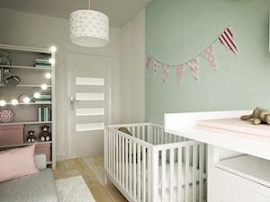 """Pokój dziecka z pudrowym różem i miętą - zdjęcie od Pracownia Aranżacji Wnętrz """"O-kreślarnia"""""""