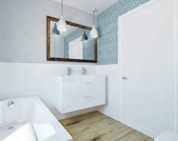"""Dom jednordzinne - Średnia biała turkusowa łazienka na poddaszu w bloku w domu jednorodzinnym bez okna - zdjęcie od Pracownia Aranżacji Wnętrz """"O-kreślarnia"""""""