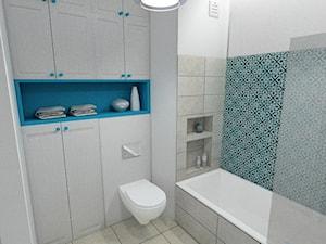 """Łazienka i kuchnia - Średnia biała turkusowa łazienka na poddaszu w bloku w domu jednorodzinnym bez okna - zdjęcie od Pracownia Aranżacji Wnętrz """"O-kreślarnia"""""""