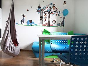 Pokój dzieci - Mały biały pokój dziecka dla chłopca dla malucha, styl nowoczesny - zdjęcie od architektura&wnętrza Monika Kowalewska Pracownia Projektowa