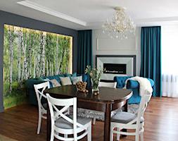Salon z lasem w tle - Duży biały czarny salon z jadalnią, styl klasyczny - zdjęcie od architektura&wnętrza Monika Kowalewska Pracownia Projektowa