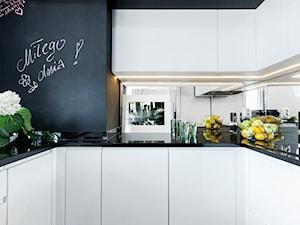 Kuchnia czarno-biała - Mała zamknięta szara czarna kuchnia w kształcie litery u z oknem, styl nowoczesny - zdjęcie od architektura&wnętrza Monika Kowalewska Pracownia Projektowa