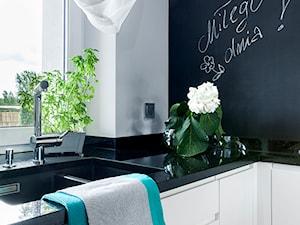 Kuchnia czarno-biała - Mała zamknięta biała czarna kuchnia w kształcie litery l z oknem, styl nowoczesny - zdjęcie od architektura&wnętrza Monika Kowalewska Pracownia Projektowa