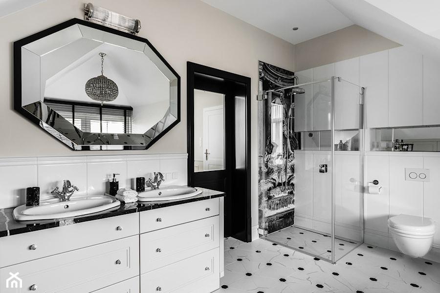 Aranżacje wnętrz - Łazienka: REZYDENCJA_W_GDYNI - Średnia beżowa łazienka na poddaszu w domu jednorodzinnym z oknem - FABRYKA WNETRZ. Przeglądaj, dodawaj i zapisuj najlepsze zdjęcia, pomysły i inspiracje designerskie. W bazie mamy już prawie milion fotografii!