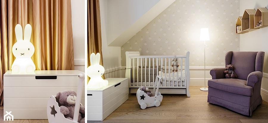 Aranżacje wnętrz - Pokój dziecka: DOM W OKOLICACH GDAŃSKA - Średni biały beżowy pokój dziecka dla chłopca dla dziewczynki dla niemowlaka, styl tradycyjny - FABRYKA WNETRZ. Przeglądaj, dodawaj i zapisuj najlepsze zdjęcia, pomysły i inspiracje designerskie. W bazie mamy już prawie milion fotografii!