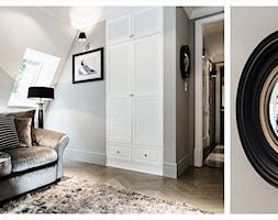 APARTAMENT SOPOT - Duża szara sypialnia na poddaszu, styl art deco - zdjęcie od FABRYKA WNETRZ