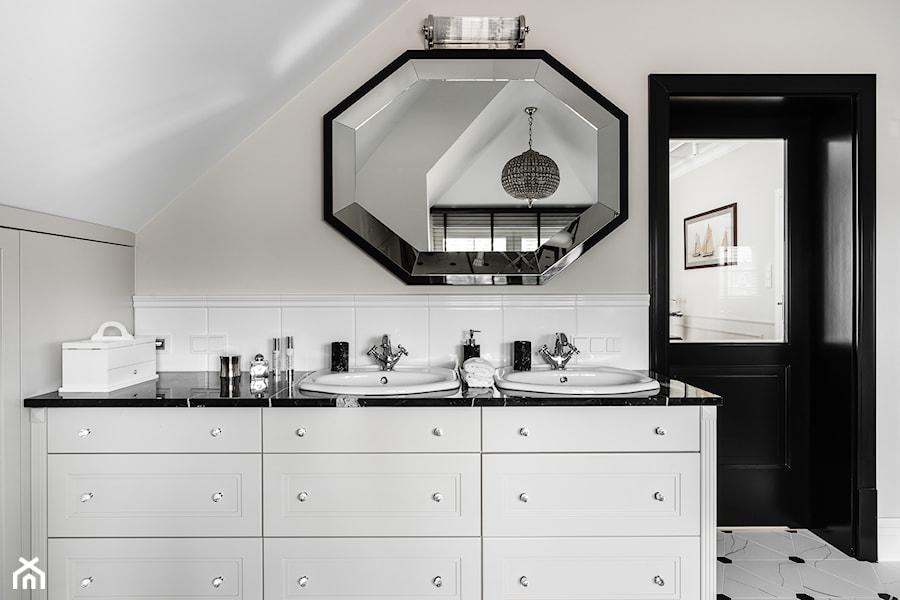 Aranżacje wnętrz - Łazienka: REZYDENCJA_W_GDYNI - Beżowa łazienka na poddaszu w domu jednorodzinnym bez okna - FABRYKA WNETRZ. Przeglądaj, dodawaj i zapisuj najlepsze zdjęcia, pomysły i inspiracje designerskie. W bazie mamy już prawie milion fotografii!