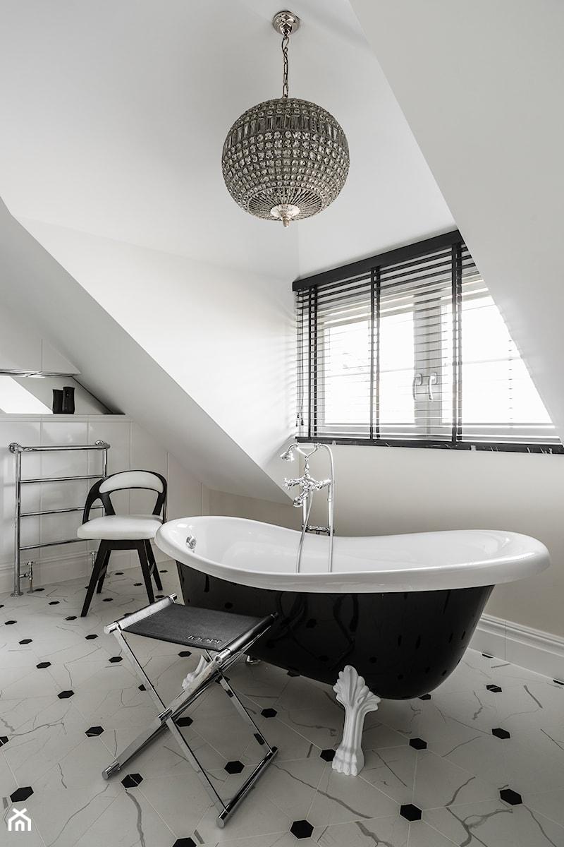 REZYDENCJA_W_GDYNI - Mała szara łazienka na poddaszu w domu jednorodzinnym z oknem - zdjęcie od FABRYKA WNETRZ
