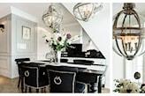 jadalnia w stylu glamour, białe ściany, czarne krzesła, ozdobne lampy wiszące metalowe kule