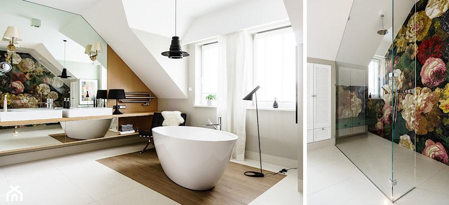 DOM W OKOLICACH GDAŃSKA - Średnia biała łazienka na poddaszu w domu jednorodzinnym z oknem - zdjęcie od FABRYKA WNETRZ