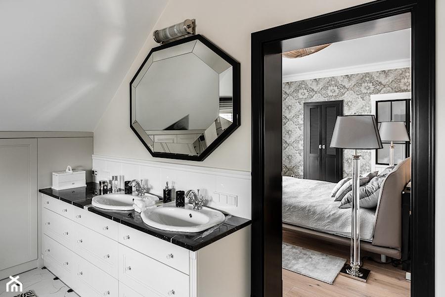 REZYDENCJA_W_GDYNI - Mała biała beżowa łazienka na poddaszu w domu jednorodzinnym bez okna - zdjęcie od FABRYKA WNETRZ