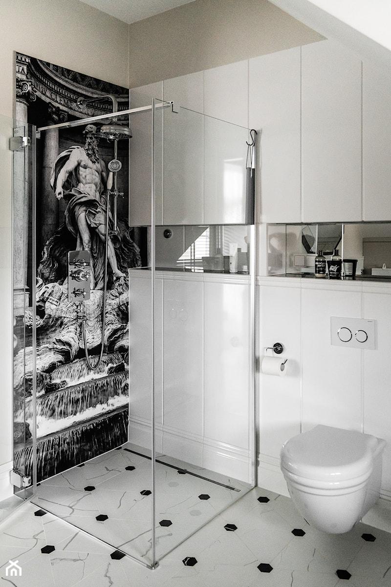 REZYDENCJA_W_GDYNI - Mała biała łazienka na poddaszu w bloku w domu jednorodzinnym bez okna - zdjęcie od FABRYKA WNETRZ