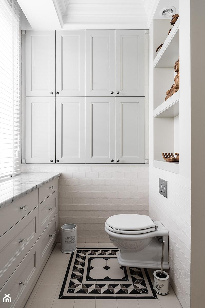 REZYDENCJA_W_GDYNI - Mała biała łazienka na poddaszu w bloku w domu jednorodzinnym z oknem - zdjęcie od FABRYKA WNETRZ