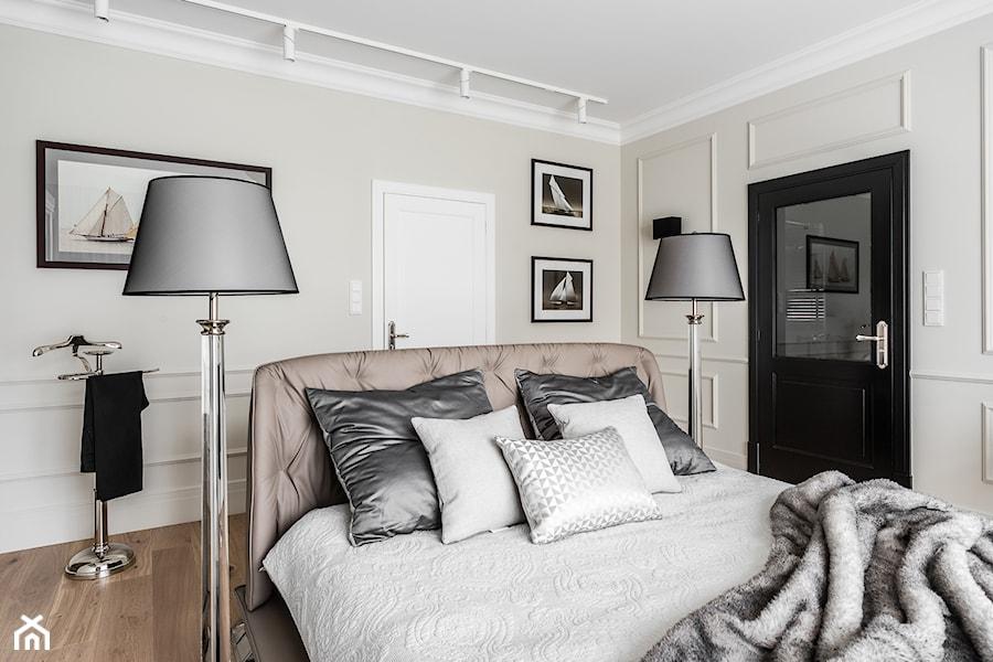 REZYDENCJA_W_GDYNI - Średnia beżowa sypialnia małżeńska - zdjęcie od FABRYKA WNETRZ