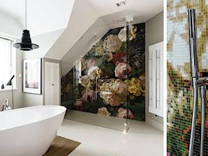 DOM W OKOLICACH GDAŃSKA - Duża biała szara kolorowa łazienka na poddaszu w domu jednorodzinnym jako salon kąpielowy z oknem, styl art deco - zdjęcie od FABRYKA WNETRZ