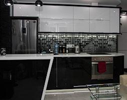 Mała zmiana po latach - metamorfoza 35m :) - Średnia otwarta czarna kuchnia dwurzędowa w aneksie - zdjęcie od Dominik Małgowski