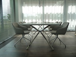 DOM PĘTKOWICE - Mała otwarta szara jadalnia w salonie, styl minimalistyczny - zdjęcie od AURA HOME