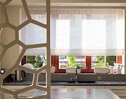 DOM ŁAPINO - Średnia zamknięta szara kuchnia w kształcie litery l z wyspą z oknem, styl nowoczesny - zdjęcie od AURA HOME