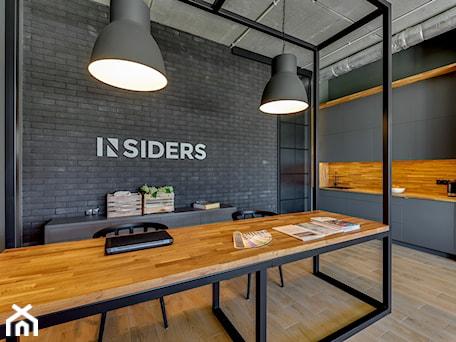 Aranżacje wnętrz - Biuro: BIURO INSIDERS GDAŃSK - Średnie czarne szare biuro pracownia w pokoju, styl eklektyczny - INSIDERS. Przeglądaj, dodawaj i zapisuj najlepsze zdjęcia, pomysły i inspiracje designerskie. W bazie mamy już prawie milion fotografii!