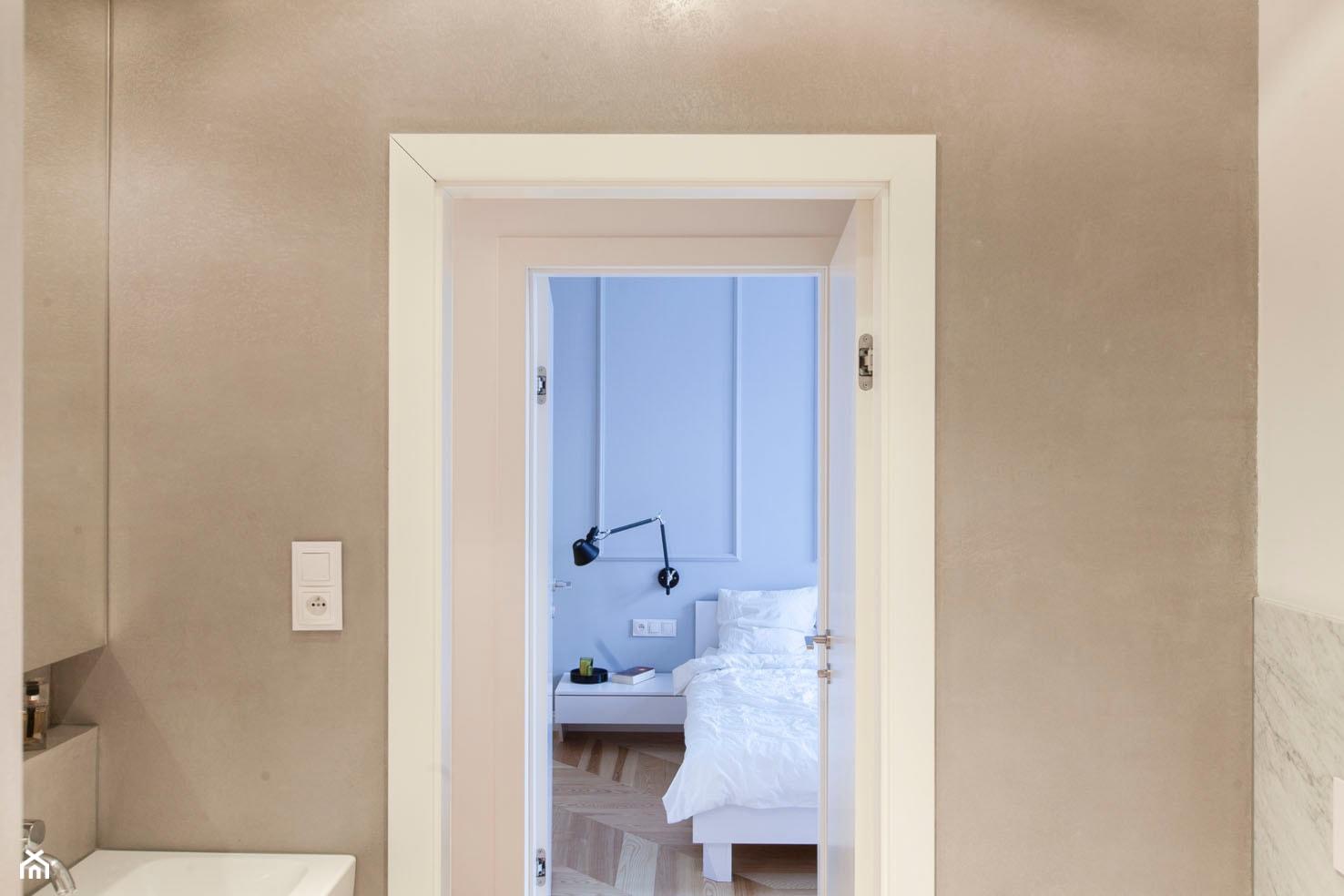 Mieszkanie w kamienicy - Mała szara łazienka w bloku w domu jednorodzinnym bez okna - zdjęcie od Mili Młodzi Ludzie - Homebook